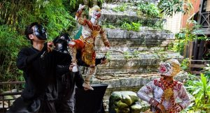 Artists performing on traditional Thai themes - unusual things to do in Bangkok