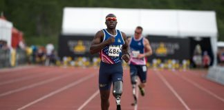 A man with one artificial leg running at the Invictus Games 2016 in Orlando