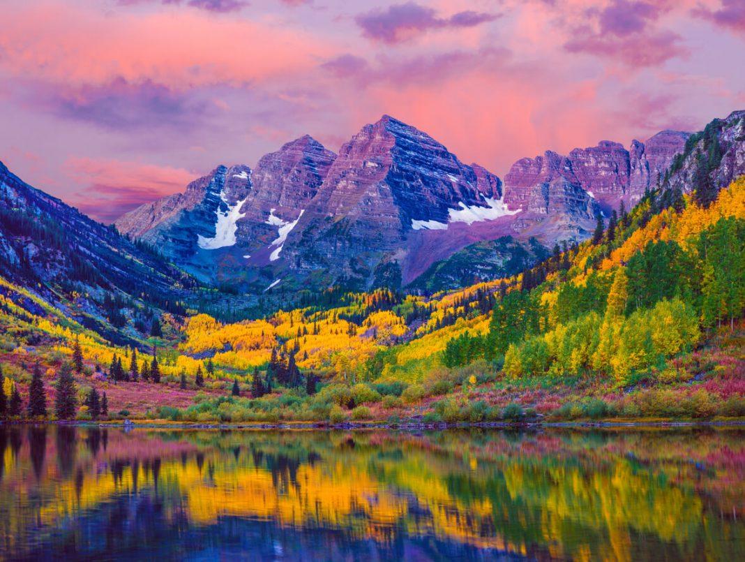 Maroon Bells lake in Aspen, Colorado American National Parks