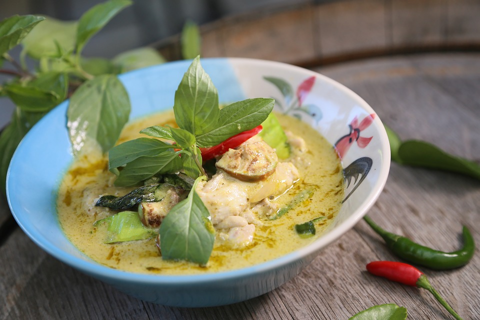 Thai green curry bowl - best street food in Thailand