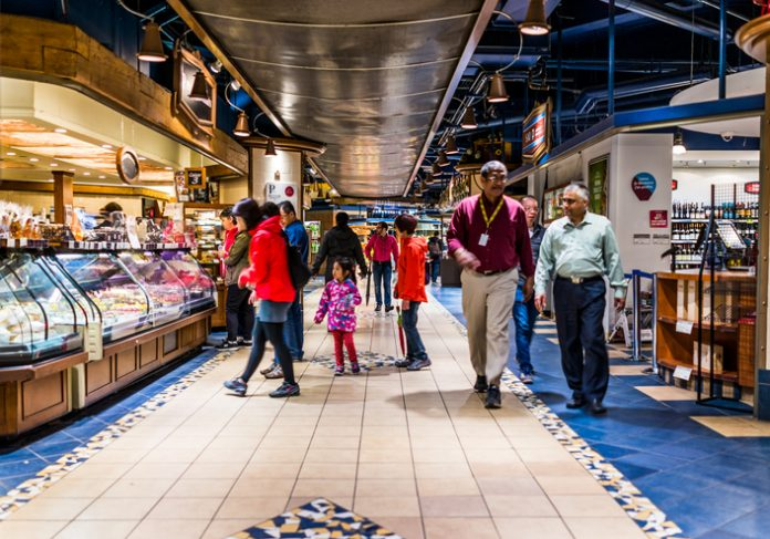 Montreal: Undergound city in Quebec region with restaurants and bakeries and people walking