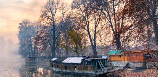 Houseboat-parked-at-bank-of-Jhelum-River-in-Srinagar