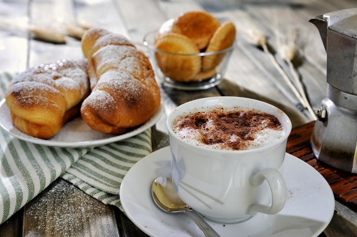 Italian cappuccino-e-cornetto